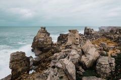 Molte piccole pietre sull'oceano, Portogallo Immagini Stock