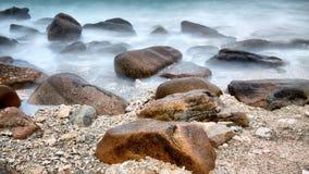 Molte pietre nel mare Immagine Stock