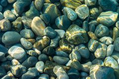 Molte pietre sotto acqua fotografie stock