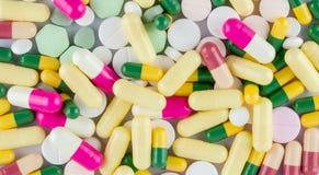 Molte pillole colorate delle droghe Immagine Stock