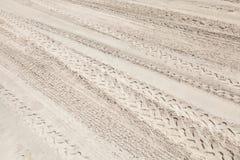 Molte piste di ATV sulla sabbia bianca Immagini Stock