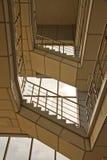 Molte scale nell'entrata. Parecchi pavimenti. fotografie stock libere da diritti