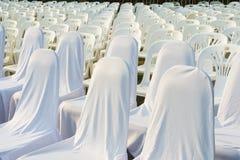 Molte sedie bianche allineate Immagine Stock