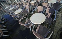 Molte sedie dei caffè all'aperto con acqua ad alta marea Immagini Stock Libere da Diritti