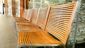 Molte sedie di legno sono meravigliosamente immagini stock libere da diritti
