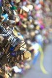 Molte serrature d'attaccatura delle forme differenti Immagini Stock