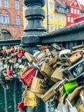Molte serrature differenti di amore che si sono chiuse sull'inferriata del ponte immagine stock
