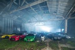 Molte sport-automobili di sintonia in capannone Fotografie Stock
