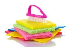Molte spugne variopinte e spazzola per lavori domestici Immagine Stock Libera da Diritti