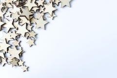 Molte stelle di legno su un fondo bianco Fotografia Stock Libera da Diritti
