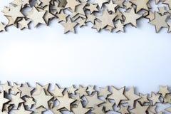 Molte stelle di legno su un fondo bianco Fotografie Stock Libere da Diritti