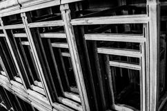 Molte tavole sono impilate ordinatamente e sistemate fotografia stock