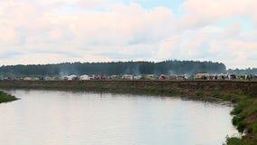 Molte tende turistiche sulla sponda del fiume archivi video