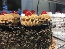 Molte torte di compleanno nel forno fotografia stock