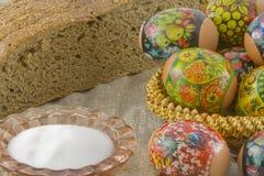 Molte uova decorate rurali fresche di pasqua Fotografie Stock