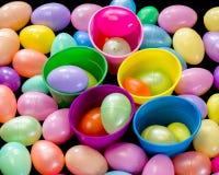 Molte uova di Pasqua ed alcune tazze di plastica Fotografie Stock Libere da Diritti