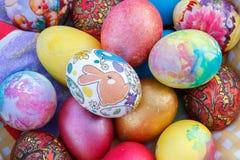 Molte uova di Pasqua sono dipinte dei nei colori colorati multi luminosi Immagine Stock Libera da Diritti