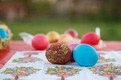 Molte uova di Pasqua sono dipinte dei nei colori colorati multi luminosi immagini stock