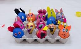 Molte uova di Pasqua variopinte dipinte in vassoio Immagine Stock Libera da Diritti