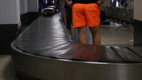 Molte valigie stanno guidando intorno ai bagagli all'aeroporto 3840x2160, 4K video d archivio