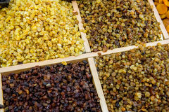 Molte varietà di uva passa sul contatore Fotografie Stock