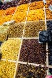 Molte varietà di uva passa sul contatore Fotografia Stock