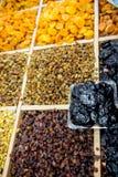 Molte varietà di uva passa sul contatore Fotografie Stock Libere da Diritti