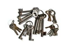 Molte vecchie chiavi sugli anelli portachiavi Immagini Stock