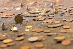 Molte vecchie monete sull'altare antico Fotografia Stock