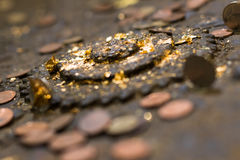 Molte vecchie monete sull'altare antico Fotografie Stock