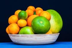 Molti agrumi su un piatto Arance, mandarini, calce, pomelo, pompelmi Fotografia Stock Libera da Diritti
