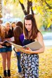 Molti allievi nella sosta di autunno Fotografia Stock Libera da Diritti