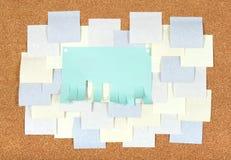 Molti annunci in bianco sul corkboard Fotografia Stock