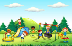 Molti bambini che giocano nel campo da giuoco Immagini Stock Libere da Diritti