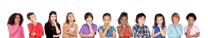 Molti bambini che pensano o immaginano fotografia stock libera da diritti