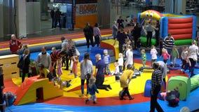 Molti bambini e genitori nel campo da giuoco al deposito stock footage