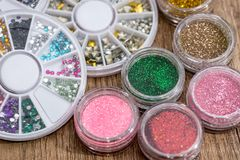 Molti barattoli del rotondo con di scintillio luminoso colorato multi Immagine Stock Libera da Diritti