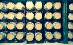Molti barilotti di legno nelle file Fotografia Stock