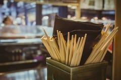 Molti bastoncini dentro una scatola in ristorante Fotografia Stock