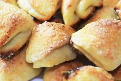 Molti biscotti casalinghi saporiti su una fine del piatto su fotografia stock