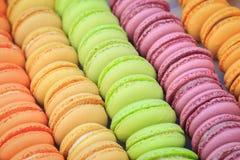 Molti biscotti rotondi con i sapori della pesca, i sapori delle nocciole, i sapori dei pistacchi, sapori dei lamponi sono impilat Immagini Stock
