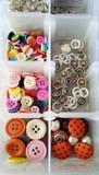 Molti bottoni nella scatola dell'oggetto Fotografie Stock