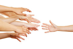 Molti braccia che raggiungono per la mano amica Fotografie Stock Libere da Diritti