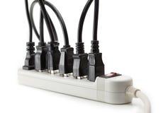 Molti cavi elettrici si sono collegati ad una striscia di potere Fotografie Stock