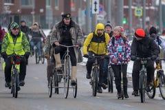 Molti ciclisti partecipano alla parata della bicicletta dell'inverno intorno al centro urbano immagine stock libera da diritti