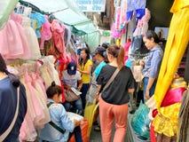 Molti clienti stanno scegliendo i vestiti per comprare in via m. di Yaowarach fotografia stock libera da diritti