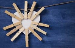 Molti clothespins su cuore di carta Fotografia Stock Libera da Diritti