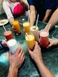 Molti cocktail colorati differenti e fresco in mani differenti fotografie stock