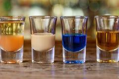 Molti cocktail variopinti sulla barra Immagine Stock Libera da Diritti