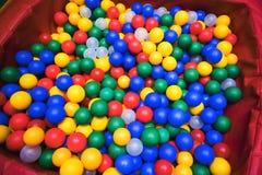 Molti colorano le palle di plastica dalla cittadina del ` s dei bambini Fotografia Stock